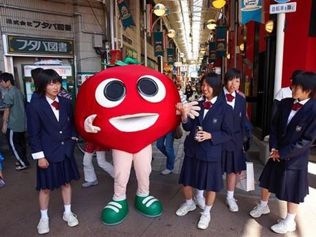 横川ふしぎ市に登場したトマトン。背丈はその時々で変わるという。