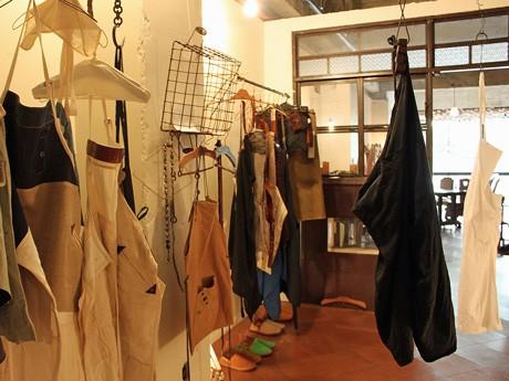 メンズ、レディース、かばん、革など異なる8つのブランドのデザイナーが制作したエプロン