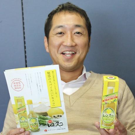 広島の特色を生かした商品作りを行った「レモスコ」を手に持つヤマトフーズの串山敬太専務