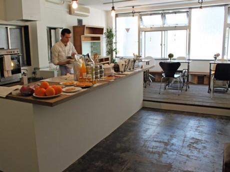 焼きあがった菓子が並ぶ大きなキッチンカウンターが置かれたカフェ「抱 le four(ル・フォー)」
