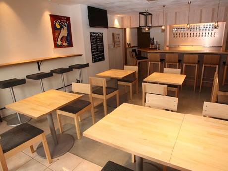 ビールサーバーのタップがずらりと並ぶビアカフェ「RAKU BEER(ラクビア)」店内