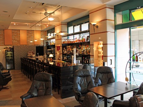 通りに面したバー&カフェ「St'(セイント)」店内