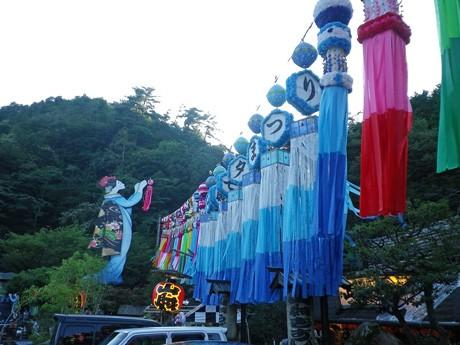吹流しの飾り、約40個が正面にディスプレーされる玖珂店の「山賊七夕祭り」。昨年で開催から13回目を迎えた。