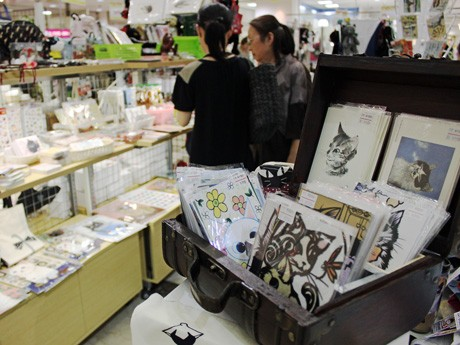 「広島平和猫展」会場の様子。物販では、「夏場なので手ぬぐいもよく出る」という。