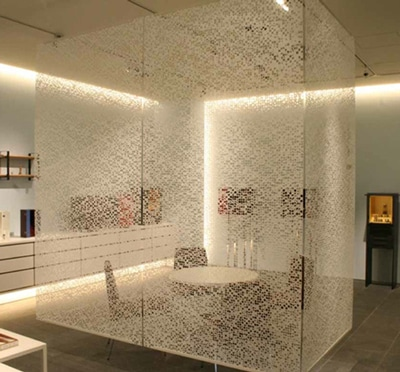 和紙で作ったパーテーションなども展示する
