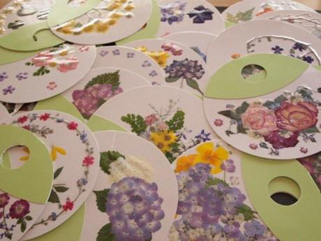 岩崎さんらが、押し花で作った見た目にも色鮮やかな押し花のうちわ