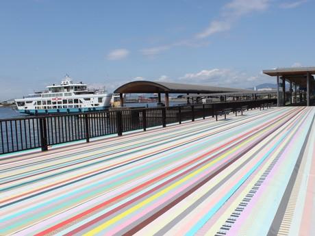 マスキングテープを貼って装飾を施した広島港桟橋の一部