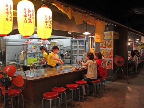 昭和40代の屋台スタイルのお好み焼き店が出店する「ひろしまお好み物語 駅前広場」