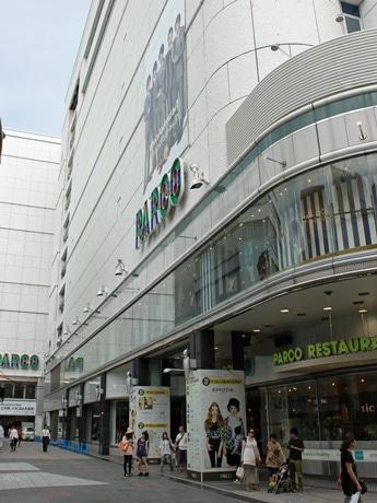 広島本通り商店街から見た、広島パルコ本館。奥には新館が続く。