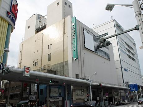 1951(昭和26)年に、オーケストラボックスを備えた「新天地劇場」としてオープンした広島宝塚会館(写真中央)