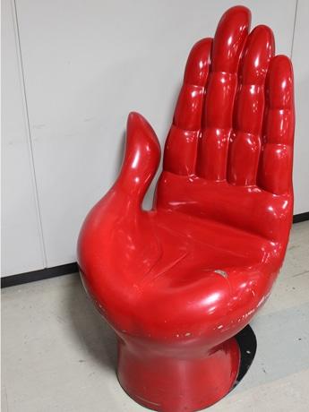 1970(昭和45)年に開かれた大阪万博で紹介された「手の椅子」