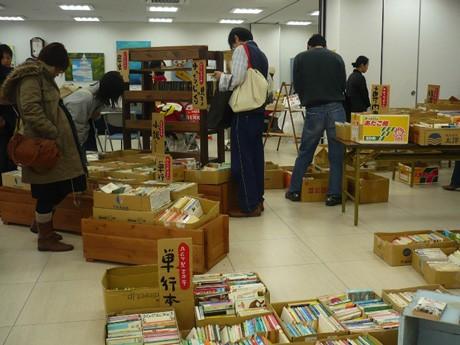 売切れ次第、終了となる「古本市」には数千冊のコミックや実用書をそろえる