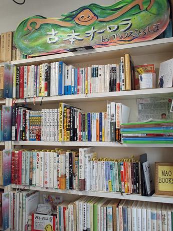 小説や実用書、絵本、コミックスなど、それぞれのおすすめ本を並べる書棚