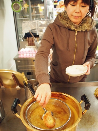 だしを煮込むなべは鉄板の上に置き、量を調節しながら管理をする