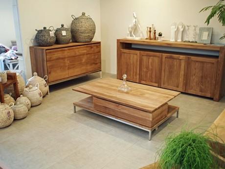 ヨーロッパからの輸入家具や雑貨を扱うヒポポタム店内には、リビングをイメージしたスペースも