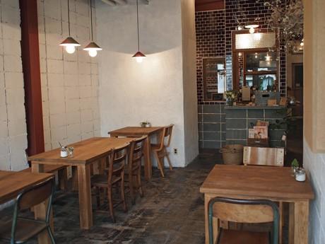 木製のテーブルと椅子をそろえる「喫茶めくる」店内