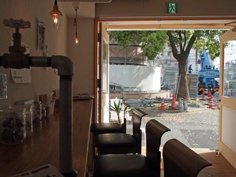 グラスには密閉容器のビンを、出入り口の取っ手には蛇口を代わりに使用するユニークな一面もあるカフェ「銀山ベース」店内