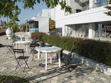 風の強い日はパラソル閉じて営業する本川東岸の「水辺のオープンカフェ」