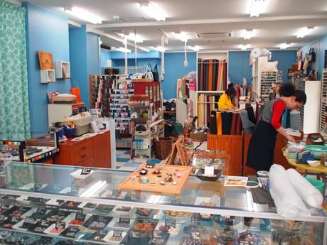 移転前、「きぬや」外観に使用したブルーは内装に用いた店内