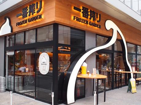 オープン前から店内をのぞく客も多い「キリン一番搾り フローズンガーデン広島」