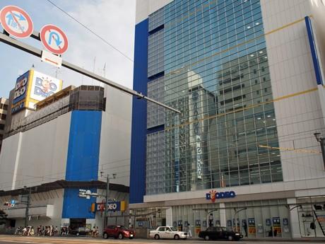 外観にガラス面を多用した「デオデオ本店 新館」(写真右)