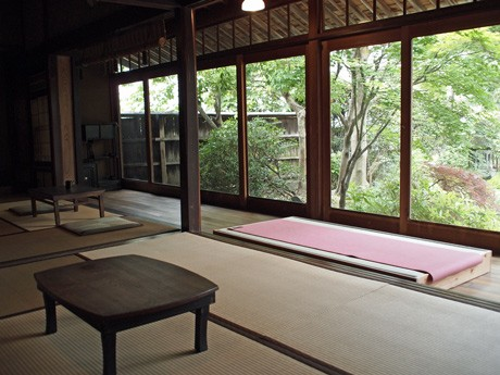 ヨガやカフェスペースとして利用する居間。カフェは現在、予約を中心に営業する。