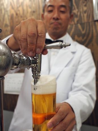 ビールをつぐグラスは400ミリリットルが入る。女性でも持ちやすいように軽量化した。