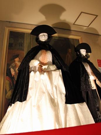 ホテルグランヴィア広島1階ロビーに展示する「ヴェネチア貴族」