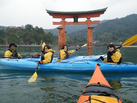宮島大鳥居でシーカヤックを体験するアクティブ探検隊