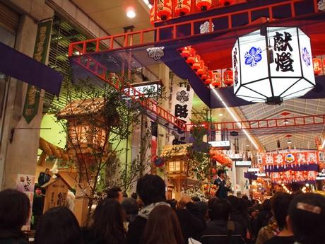多くの人でにぎわう胡子神社とえびす通り商店街