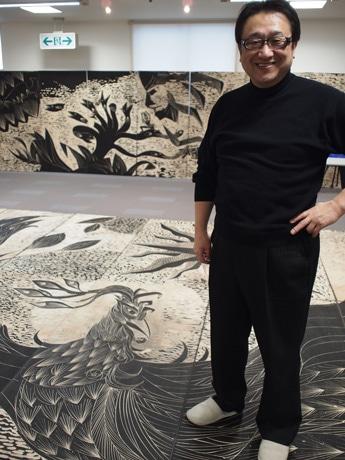 版木を入れ替えながら180枚を掘り進めた版画家君島龍輝さん
