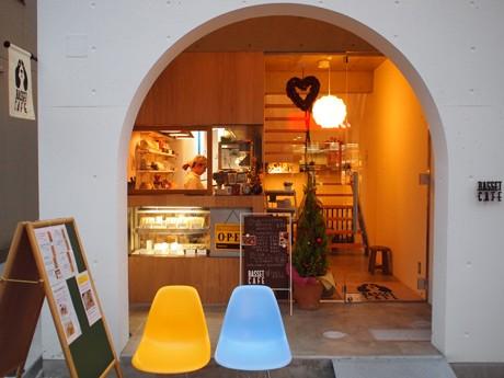 吉田さんの祖母が経営していたという化粧品店跡に開いた「バセットカフェ」外観