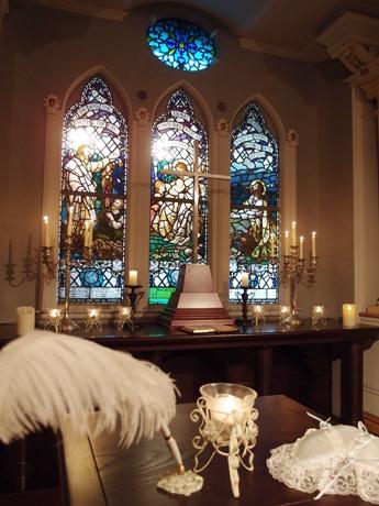 海外の教会から持ってきたというステンドグラスを中央に飾るチャペル