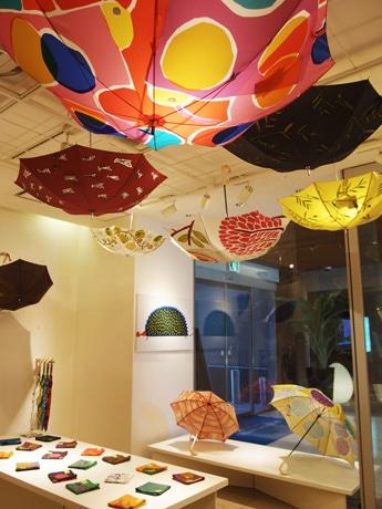 新作を含む傘など、鮮やかな商品が並ぶ「テキスタイル展」会場