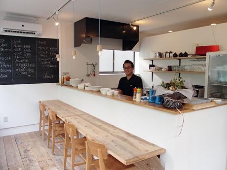 メニューのレシピも教えてもらえるリッテンプラス店内。写真は店主の上田さん