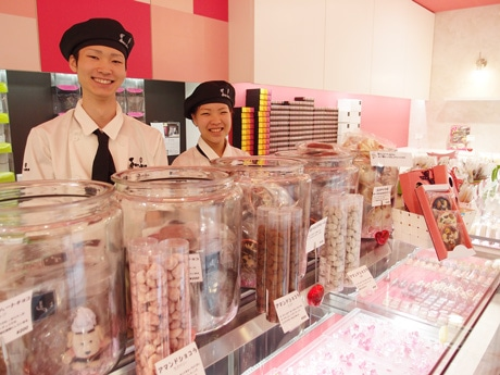生チョコプリンやアイス大福、キャラクターの表情が一つひとつ異なるクマのクッキー(以上150円)なども扱う