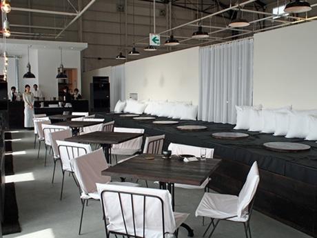 ソファや小上がり、テーブル席をそろえる「24/7 coffee&roaster ujina」店内