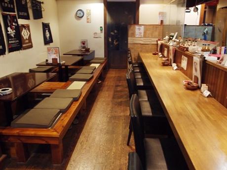 店舗奥にはカードキーで開場する会員制の日本酒バーを設けた