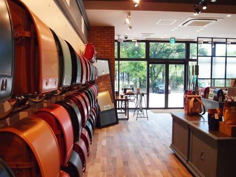 「童 具店・広島」店内。企画や販売、発送まで土屋鞄製造所で行う