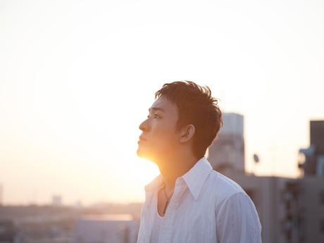 広島のファッションビル「サンモール」屋上でミニライブを行うファンキー加藤さん