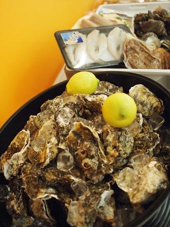 カキに加え、肉や海鮮も提供する「オイスター・浜焼き&BBQガーデン」