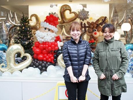 クリスマスバルーンを制作した家泉あづささん(写真左)と姉の柴田あかねさん