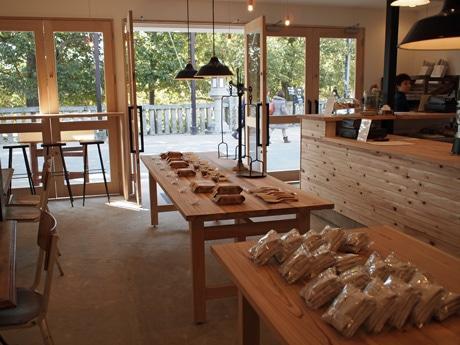 店内には宮島の工芸品やカップに取り付ける簡易ドリップも販売する
