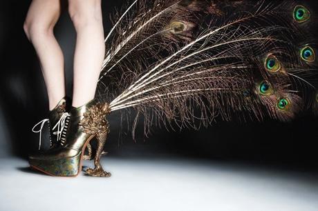 孔雀の羽を配した作品。レディ・ガガさんが着用した靴はアルバム「ARTPOP」に登場する