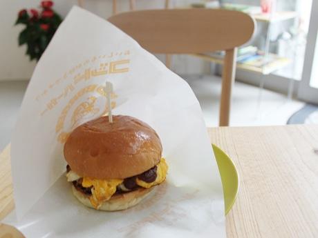 2013年の再オープンに合わせて登場した新メニュー「ビフテキデミタマゴチーズバーガー」