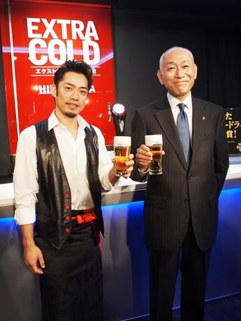 フィギュアスケーターの高橋選手とアサヒビール執行役員の黒木さん(写真右)