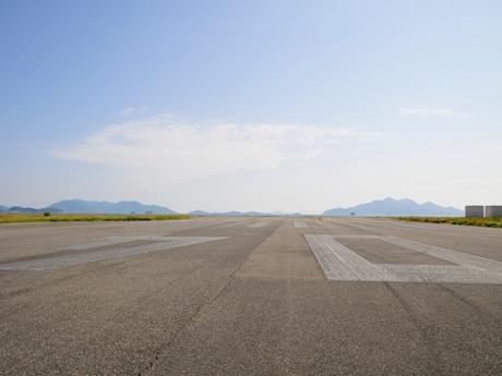 特設ステージを組む旧広島西飛行場の滑走路