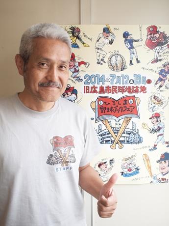 さまざまなスポーツが描かれたイベントポスターと代表の堀治喜さん