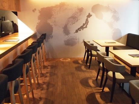 壁一面に世界地図を描いた店内