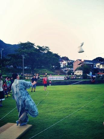 宮浜温泉グラウンドゴルフ場で開く「まくら投げ世界選手権」